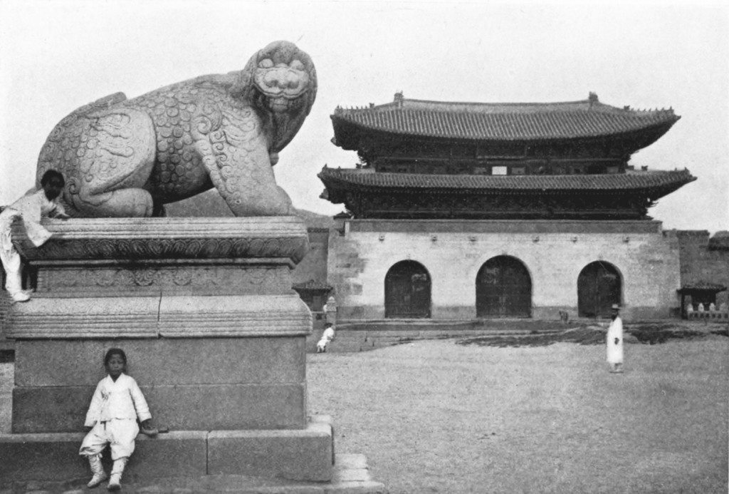 Stone_dog,_guardian_of_palais de Gyeongbokgung_against_fire,_Korea_c.1900 (POUR LA UNE)