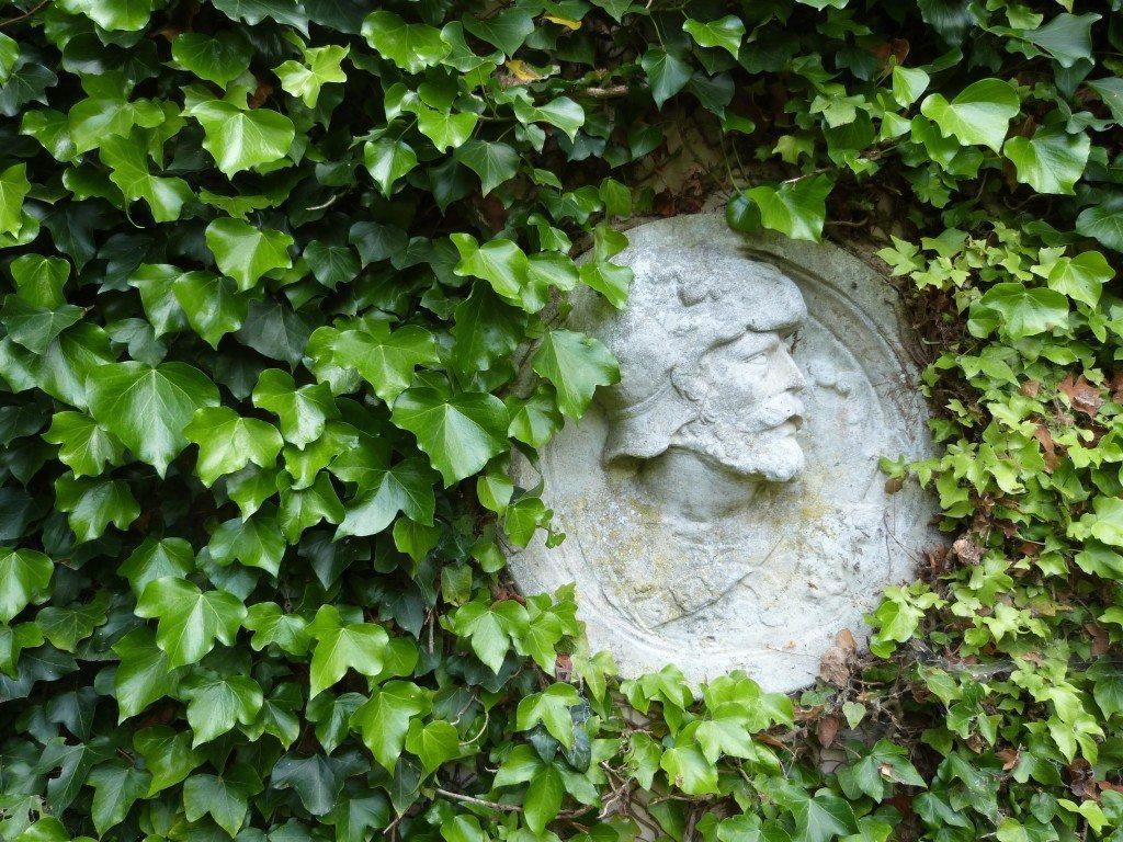 Les Lilas - lierre et statue