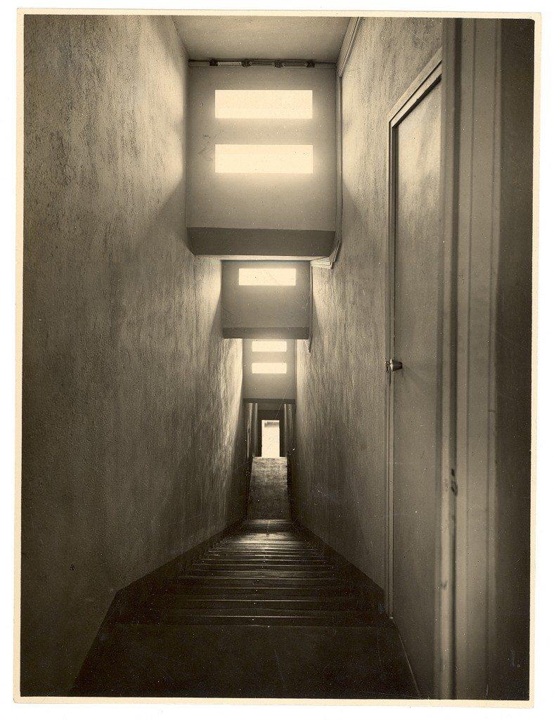 Villa Noailles. Vue de l'escalier de la piscine. Photographe : Thérèse Bonney.