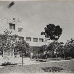 Villa Noailles. Vue du parvis.  Photographe : Thérèse Bonney.