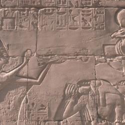 Karnak. Hypostyle, Ramsès II offrant de l'encens © CNRS Photothèque  CFETK  Jean-Claude GOLVIN