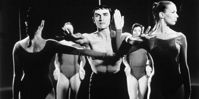 En 1966, Maurice Béjart a chorégraphié la Symphonie pour un homme seul au Palais des Papes au Festival d'Avignon.