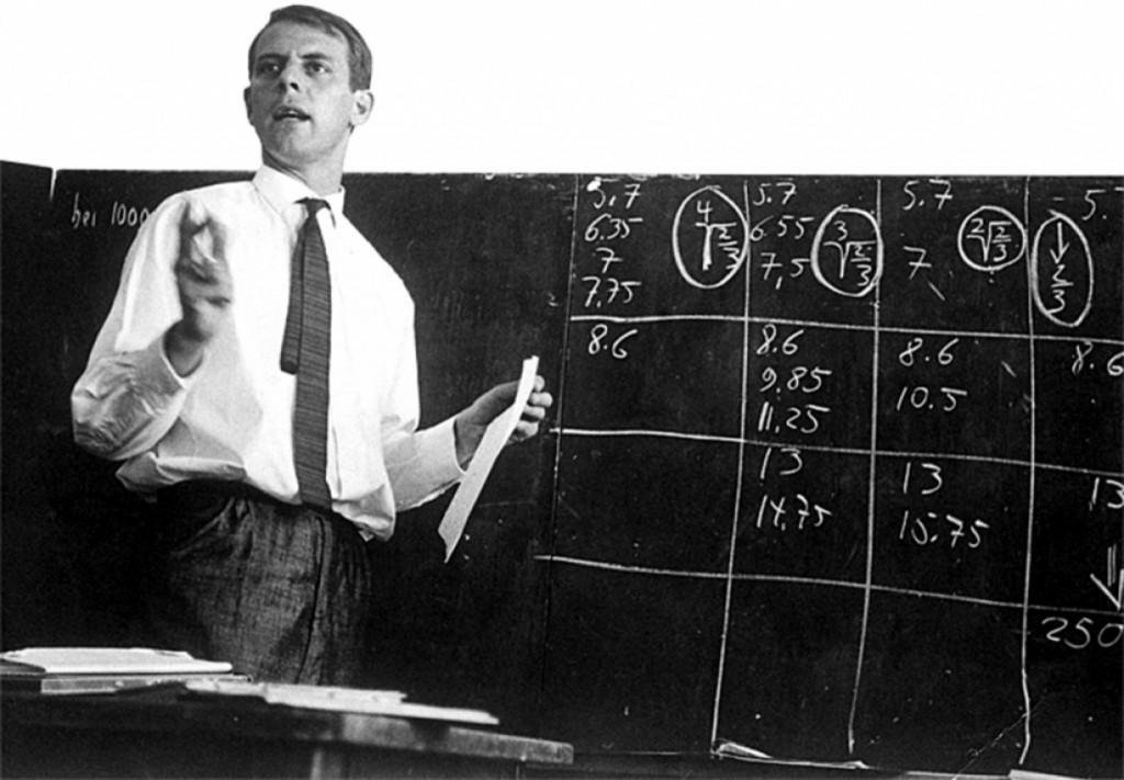 Karlheinz Stockhausen à l'université d'été de Darmstadt, en Allemagne (probablement en 1957).