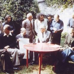 Réunion de l'Oulipo dans le jardin de François le Lionnais le 23 septembre 1975. (© Archives Pontigny-Cerisy)