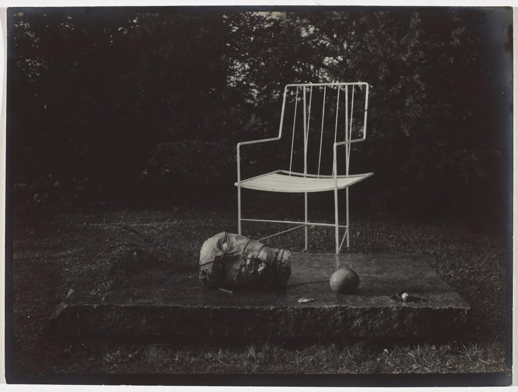Josef, Sudek, Dans le jardin enchanté, 1954–1959 de la série Souvenirs épreuve gélatino-argentique 17 × 23,3 cm Musée des beaux-arts du Canada, Ottawa Don anonyme, 2010 ©Succession de Josef Sudek