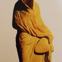 """""""Tanagra"""" (ville de Béotie ayant donné son nom aux statuettes de terre cuite exhumées dans sa nécropole) - Femme coiffée de la Tholia, tenant un éventail, IVe siècle avant Jésus Christ, Musée du Louvre"""