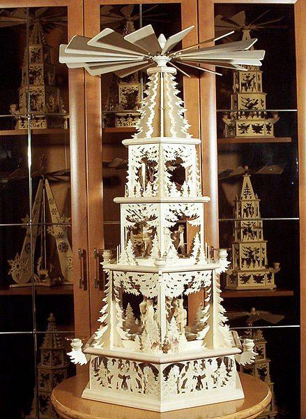 """Weihnachtspyramide"" (pyramide de Noël)"