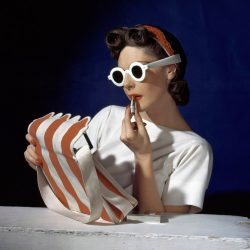 Horst P. Horst, Muriel Maxwell, 1939 (ensemble by Sally Victor, bag by Paulo Flato, sunglasses by Lugene). Galerie: Bernheimer.