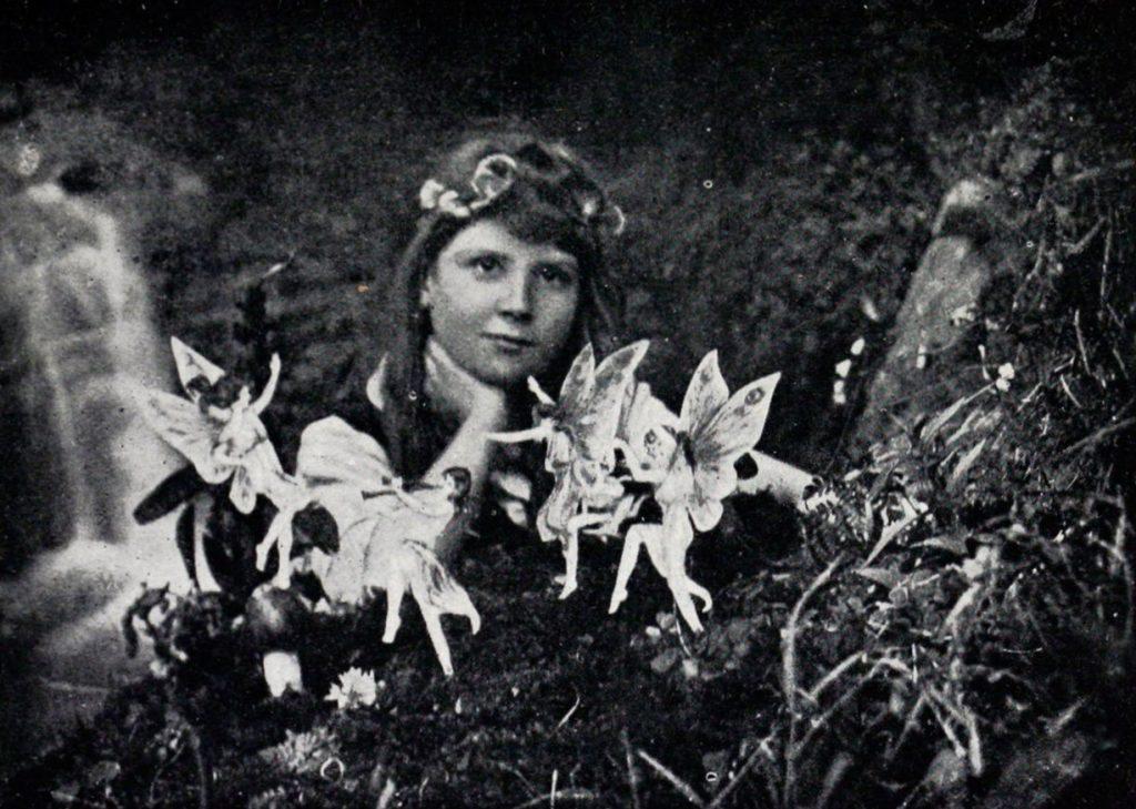 Frances Griffiths dix ans, photographiée avec ses amies fées par sa cousine Elsie Wright, qui en avait seize, en 1917.