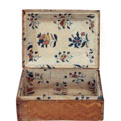 Boîte en marqueterie de paille tapissée d'un papier dominoté, époque Louis XVI. Motif floral sur fond picoté imprimé en bleu et rehaussé de quatre couleurs ; (collection de l'auteur, photo © Corinne Schanté-Angelé).