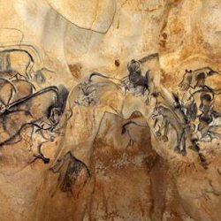 Grotte de Chauvet, grande fresque de la salle du fond (environ 36 000 and av. JC) (© Jean Clottes / Ministère français de la Culture)