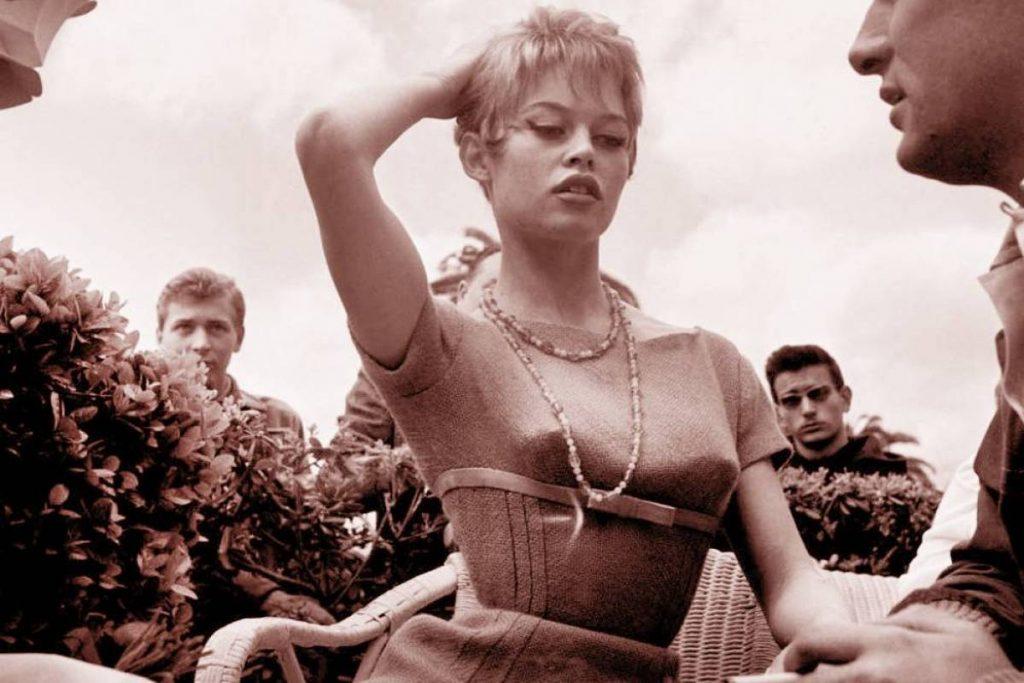 """Brigitte Bardot, probablement lors du tournage de """"Et Dieu... créa la femme"""" de Roger Vadim, sorti en 1956."""