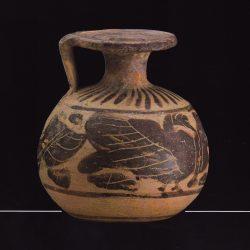 Aryballe en terre cuite avec embouchure en forme de disque plat permettant d'appliquer le goulot directement sur la peau (Musée Fragonard Paris), Musée Fragonard Paris.