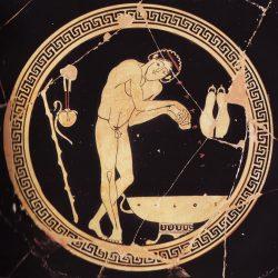 Un athlète s'enduisant le corps d'huile parfumée, coupe grecque copie (photo H Lewandowski, RMN), Musée du Louvre.