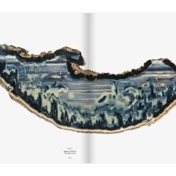 """Agate """"Le vaisseau"""", collection de Roger Caillois, dans son ouvrage L'écriture des pierres (photo © François Farges) Muséum national d'Histoire naturelle, Paris."""