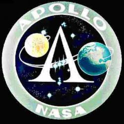 Le logo originel du programme Apollo de la NASA, avec le baudrier d'Orion stylisé en son centre.