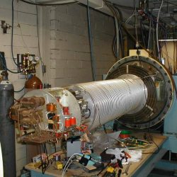 Accélérateur Van de Graaff de 2 MeV (accelerator-MJC01) datant des années 1960 ouvert pour maintenance.