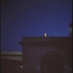 Daniel Boudinet - Vue nocturne d'une pile de pont et d'une statue illuminée  (Ministère de la Culture  Médiathèque de l'architecture et du patrimoine  Dist. RMN-GP © Donation Daniel Boudinet)
