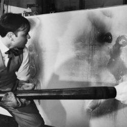 Yves Klein réalisant une peinture de feu.