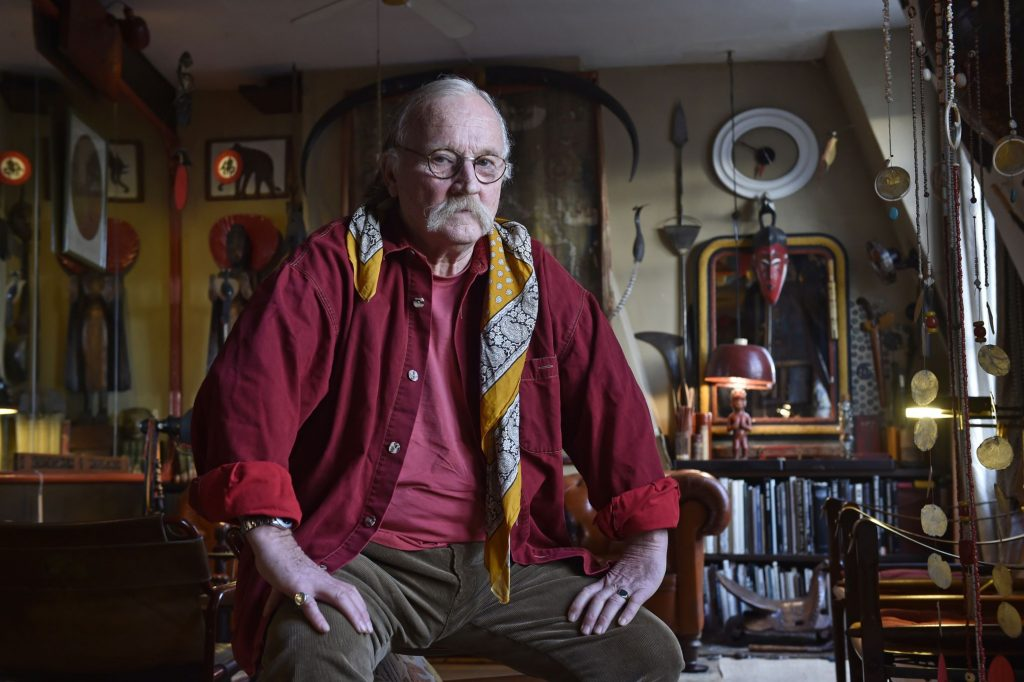 Le photographe et grand voyageur Bernard Hermann dans son appartement parisien