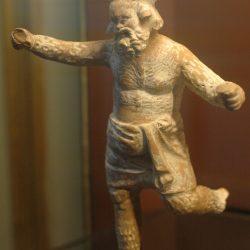 Papposilène de drame satyrique (un satyre père adoptif et précepteur du dieu Dionysos), terre cuite béotienne, Musée du Louvre (wikipedia)